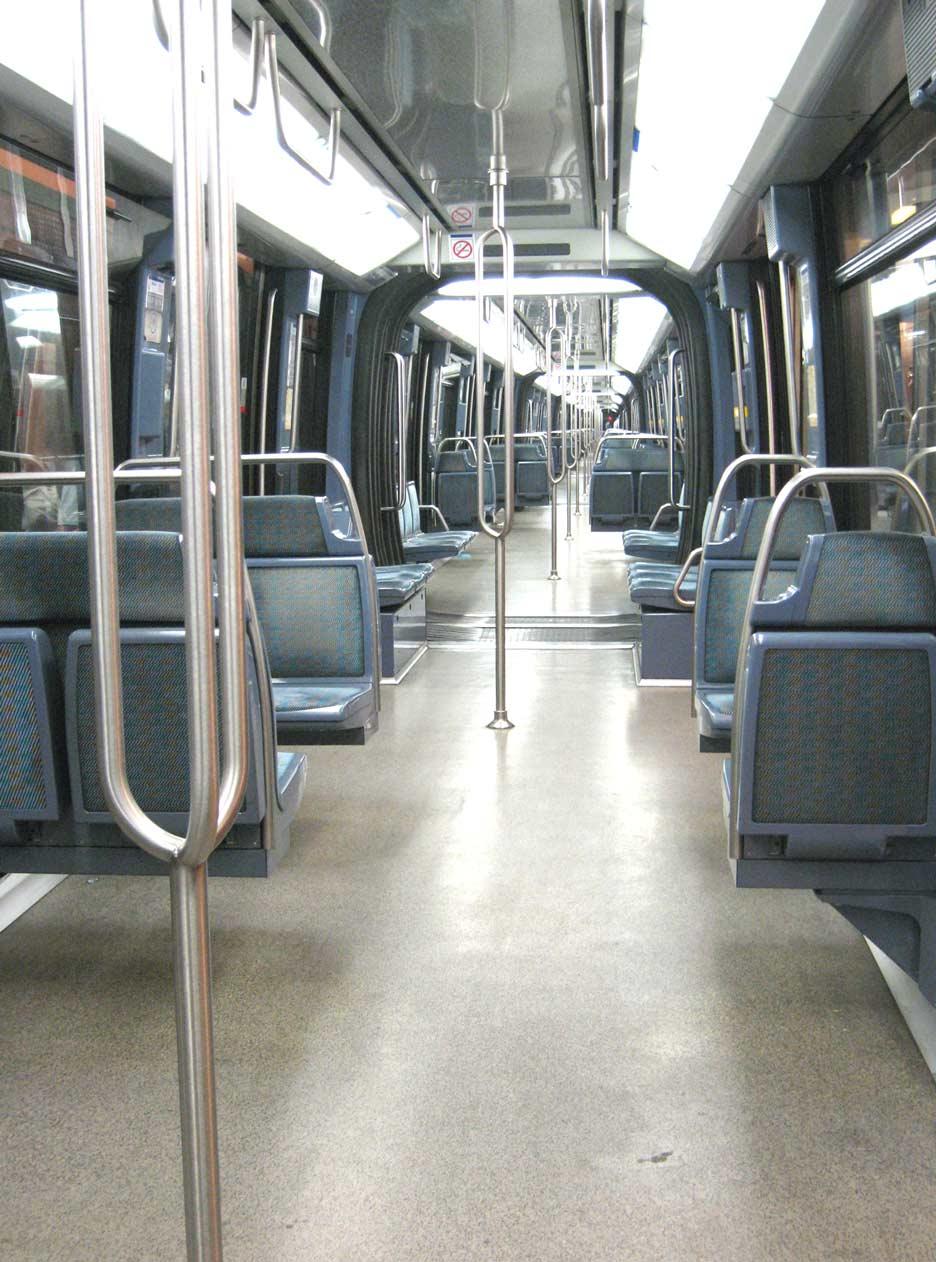 File metro paris interieur rame jpg wikimedia commons for Metro interieur