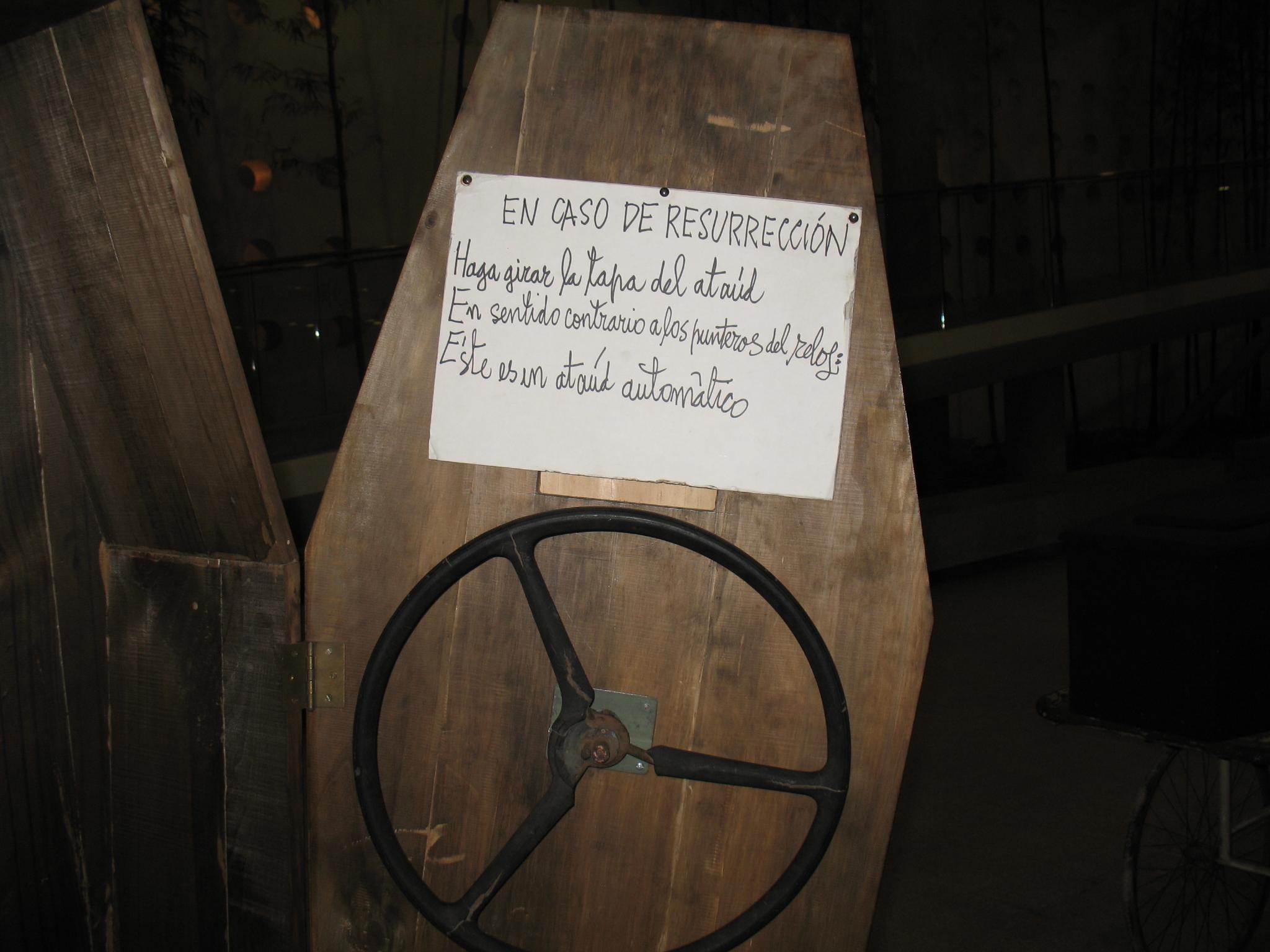 Un «artefacto» de Parra relacionado con la muerte, tema recurrente de su obra.