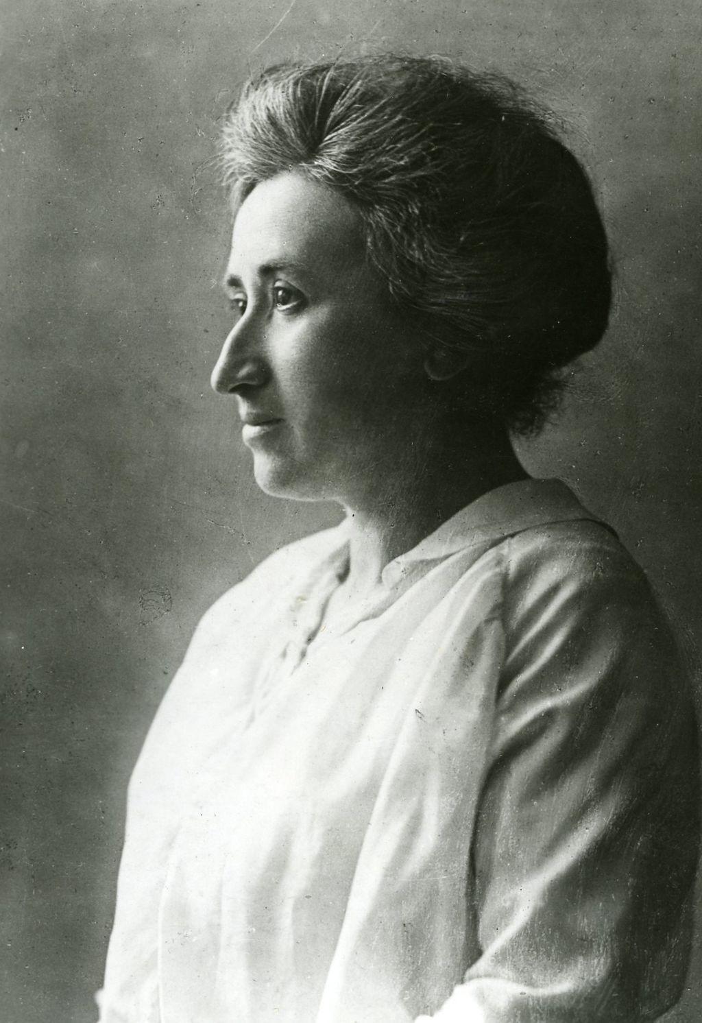 https://upload.wikimedia.org/wikipedia/commons/5/59/Rosa_Luxemburg-2.2.jpg