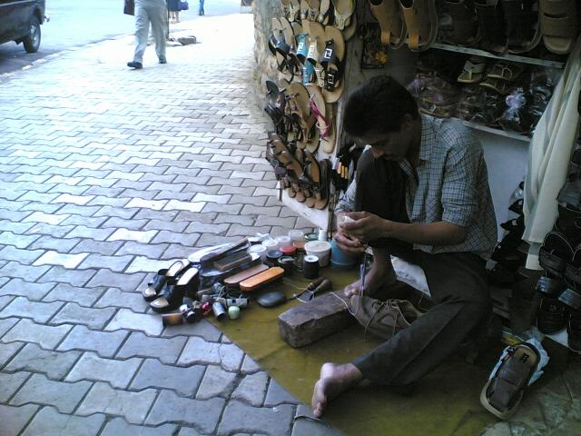 A cobbler in Mumbai, India at work / Vivtho (english wikipedia), Vivek Thomas