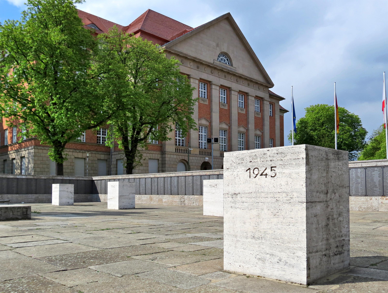 Siemens-Ehrenmal Säule.jpg