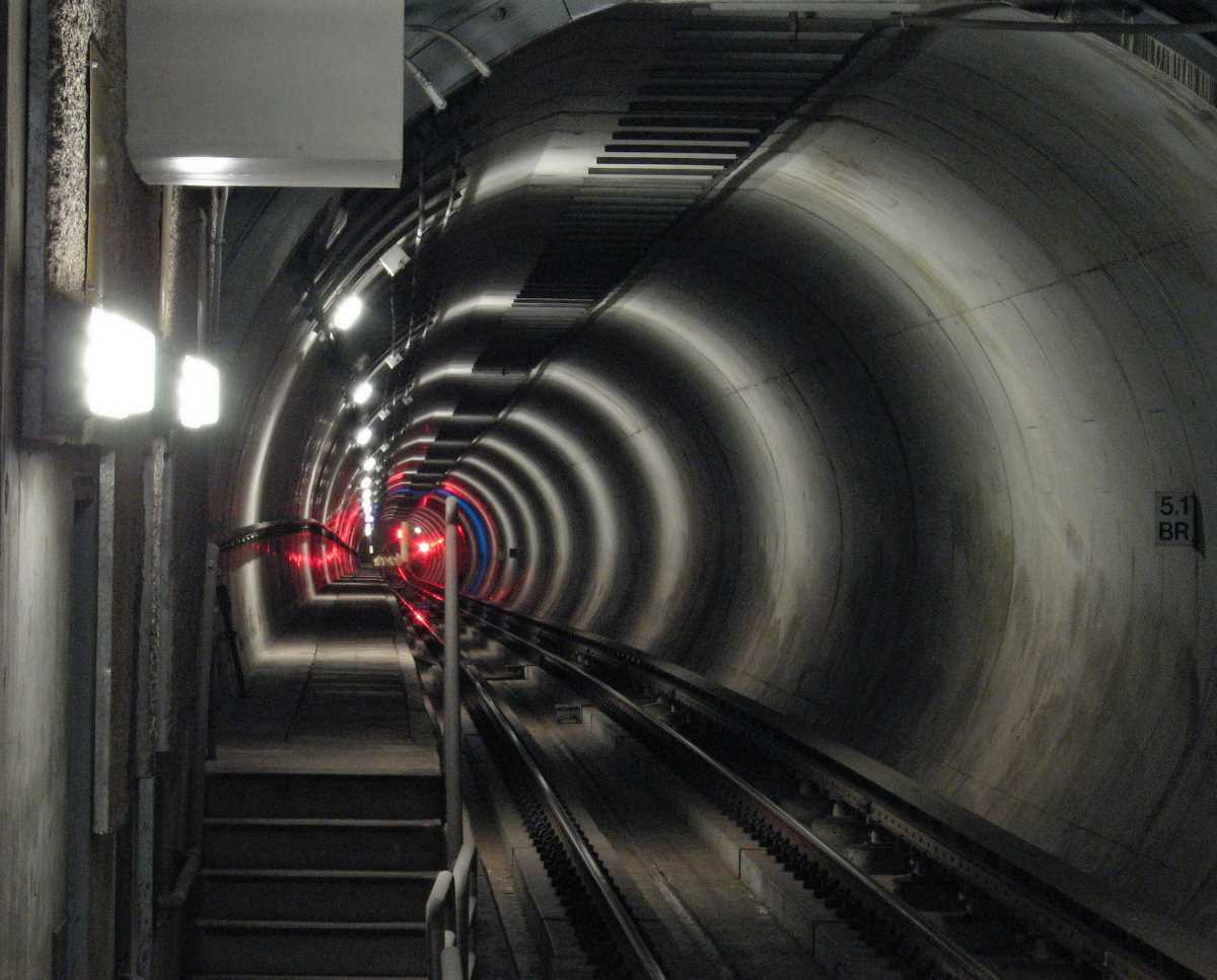 File:Subway lights in tunnel.JPG - Wikimedia Commons
