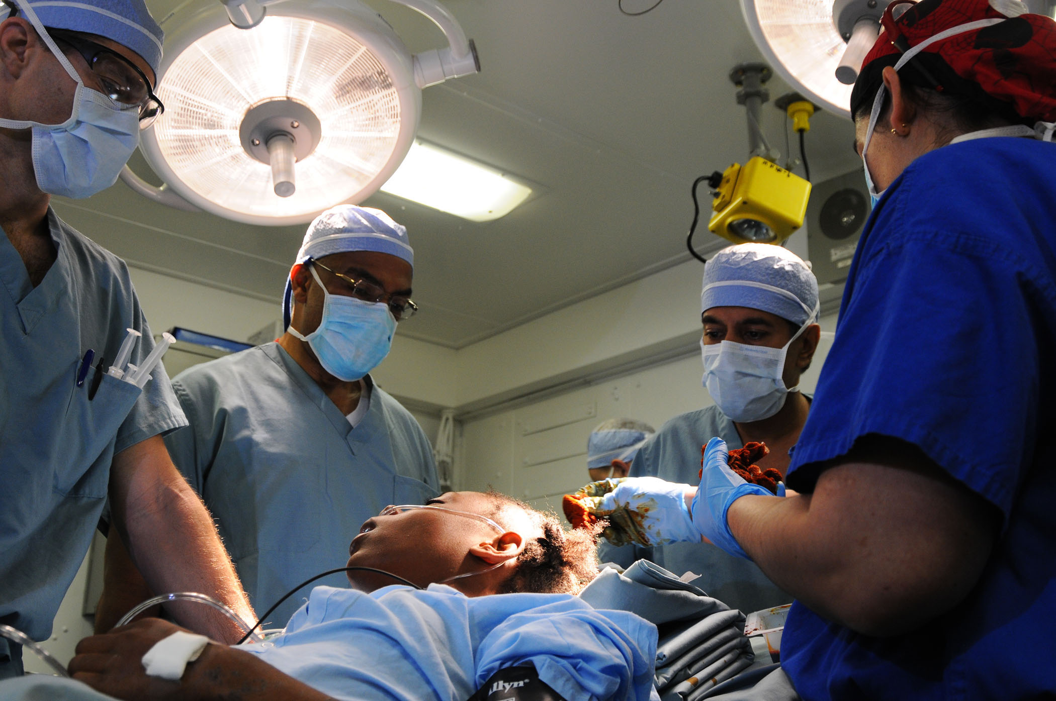 File:US Navy 100118-N-8878B-078 Surgeons perform surgery on a