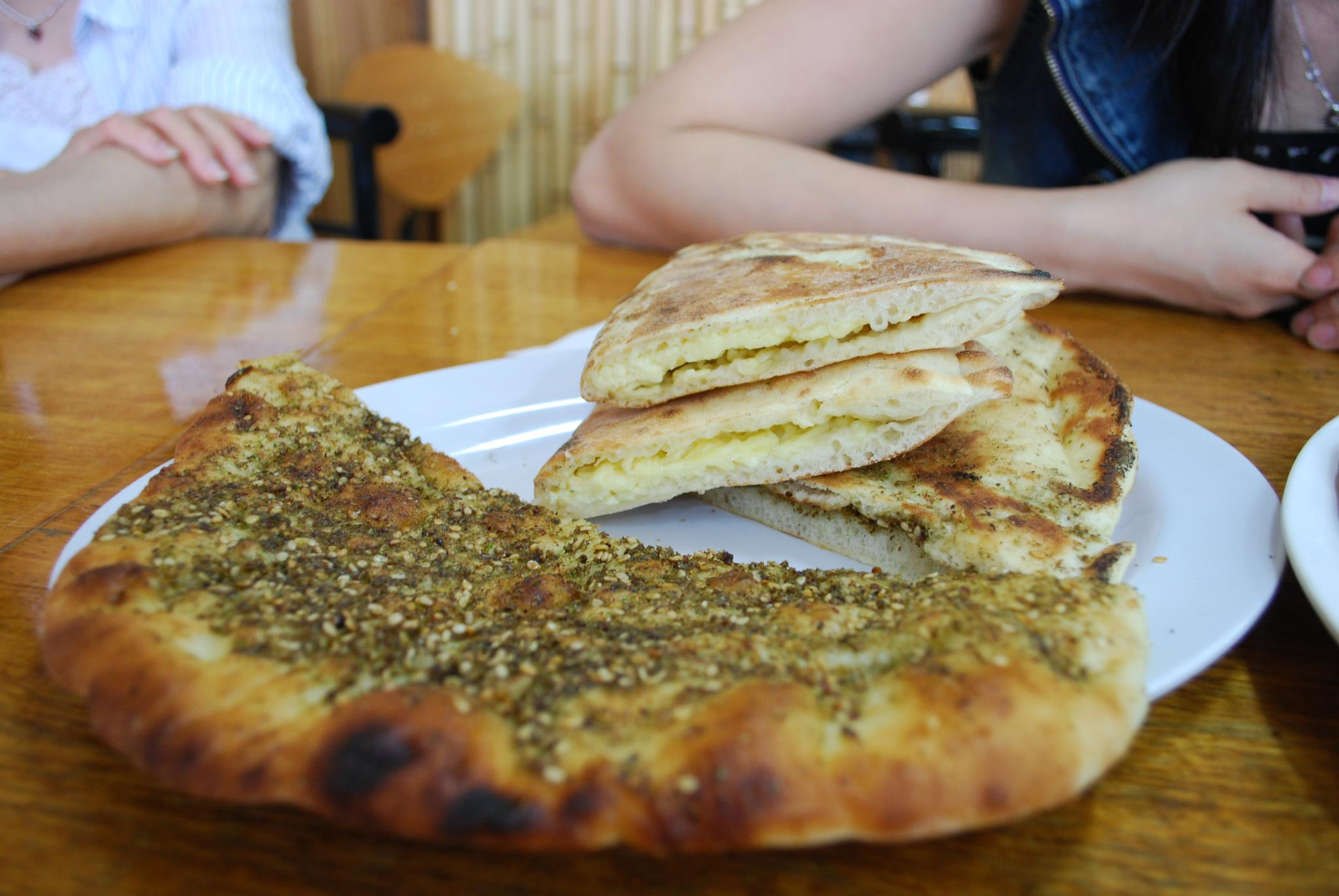 File zaatar pizza and cheese wikimedia commons for Cuisine libanaise