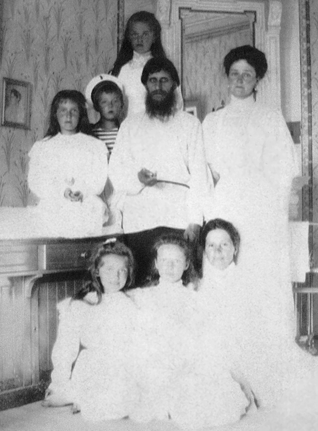 Alexandra Feodorovna with her children, Rasputin and the nurse Maria Ivanova Vishnyakova (1908)