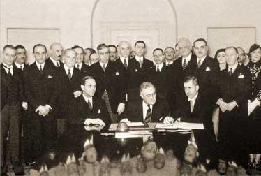 Подписание Пакта Рериха 15 апреля 1935 год. В центре: Президент США Ф. Рузвельт.