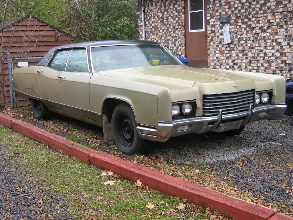 1971_Lincoln_Continental_Sedan_-_Flickr_