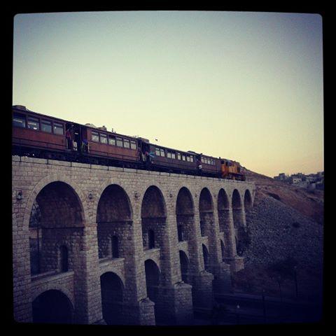 الجسور العشرة في عمان ام نوارة A_Train_in_Amman