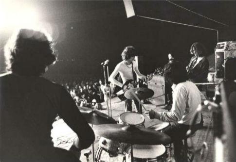 Almendra durante una presentación en vivo, ca. 1970.