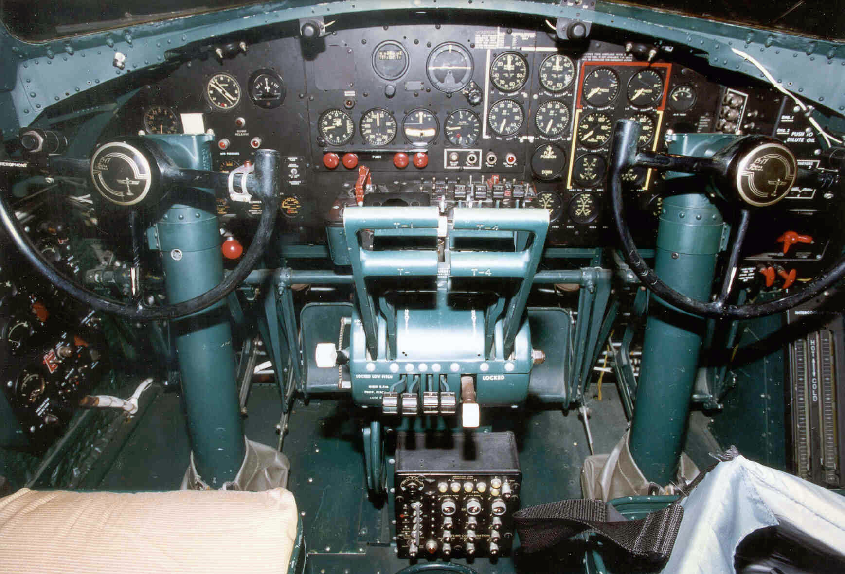 File B 17 Flying Fortress Cockpit Jpg Wikimedia Commons