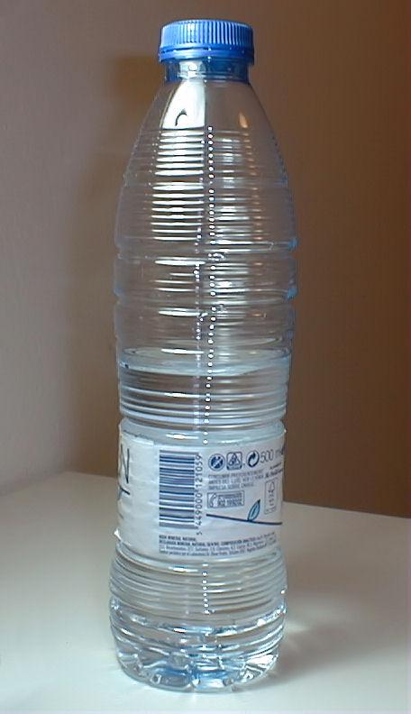 Resultado de imagen de Botella de plástico llena de  agua