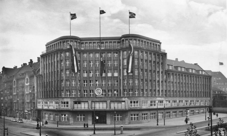 Kaufhaus Jonaß, Bundesarchiv, Bild 146-1993-021-16 / Klinke & Co. / CC-BY-SA 3.0 [CC BY-SA 3.0 de (https://creativecommons.org/licenses/by-sa/3.0/de/deed.en)], via Wikimedia Commons