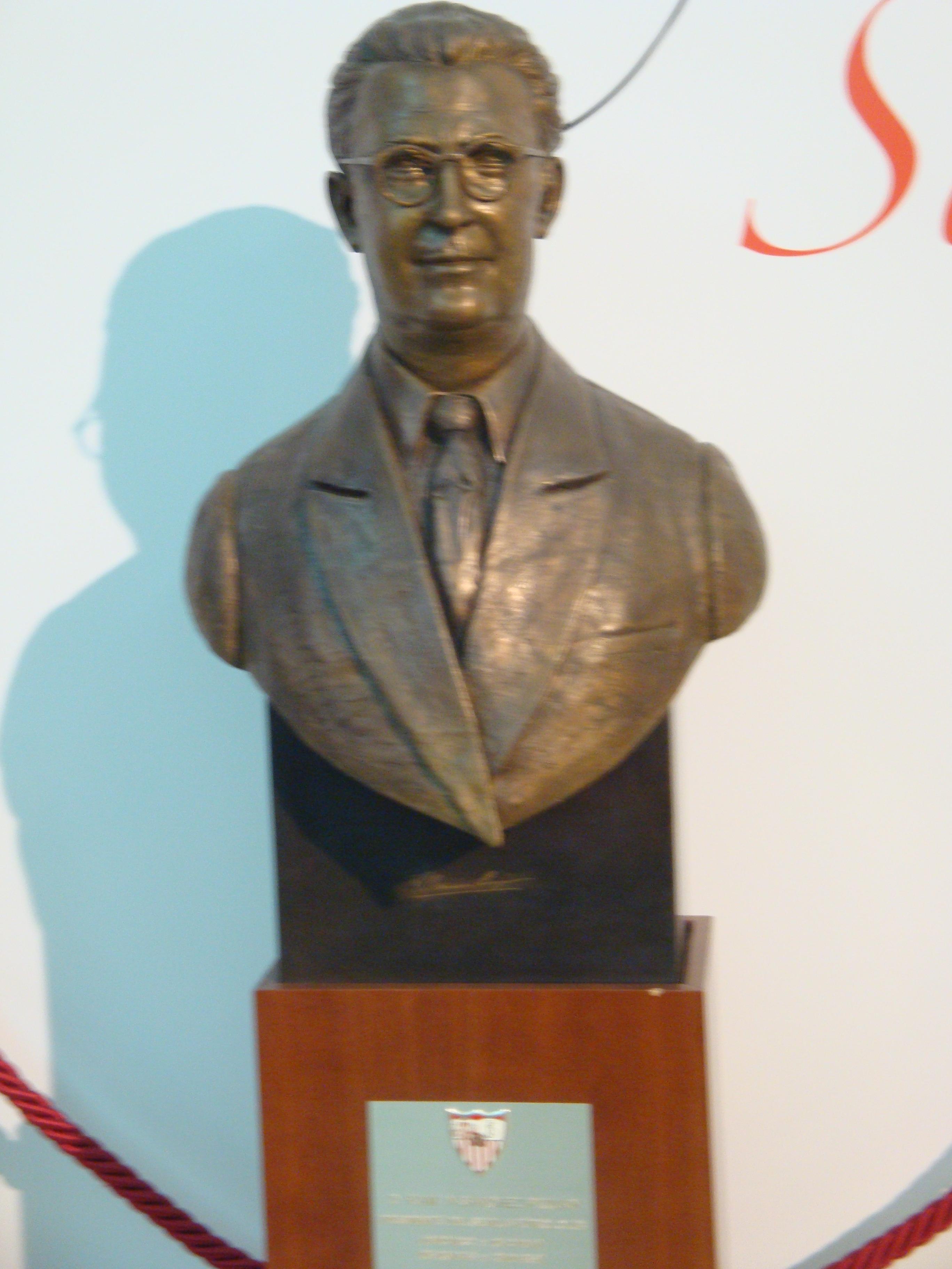 Busto de ramón Sánchez Pizjuan.