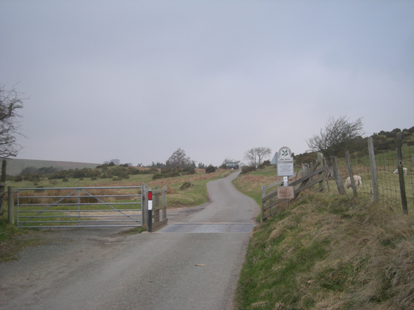 File:Cattle grid and gate at National Trust boundary - geograph.org.uk - 1217700.jpg