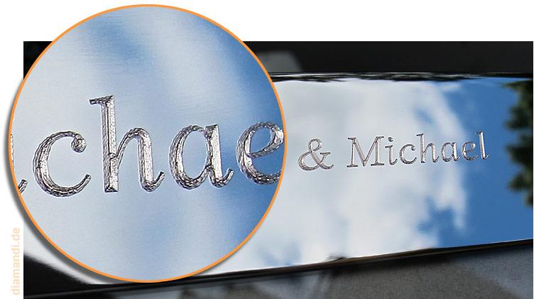 Vergrößerung einer Diamanten Gravur auf einen Silber Bilderrahmen mit persönlicher Gravur