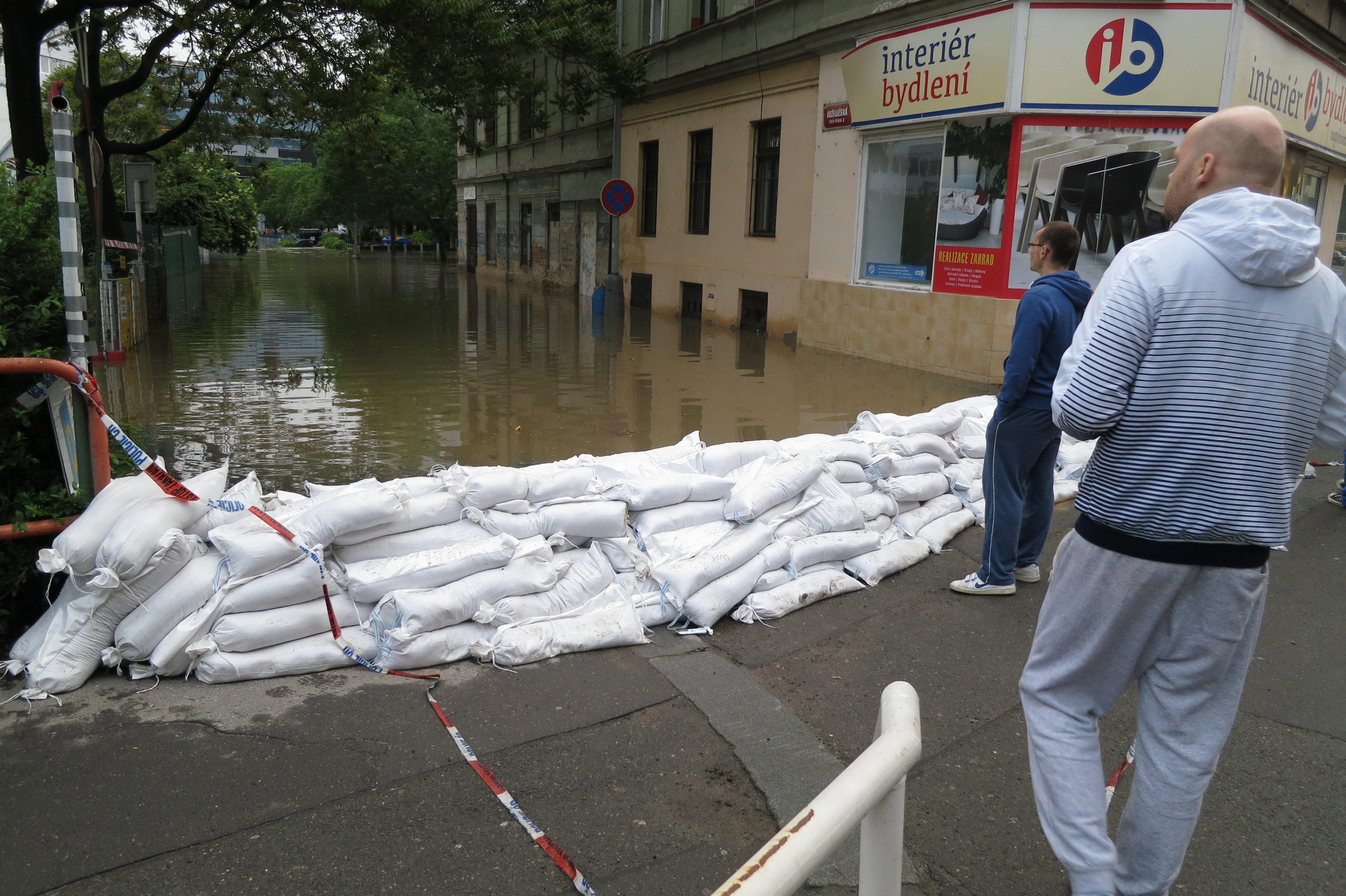 File Flood In Prague 2017 Koželužská Street With Sand Bags Jpg