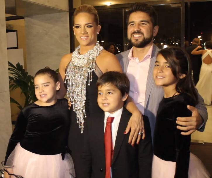 Gabriela Pazmiño con su familia.jpg