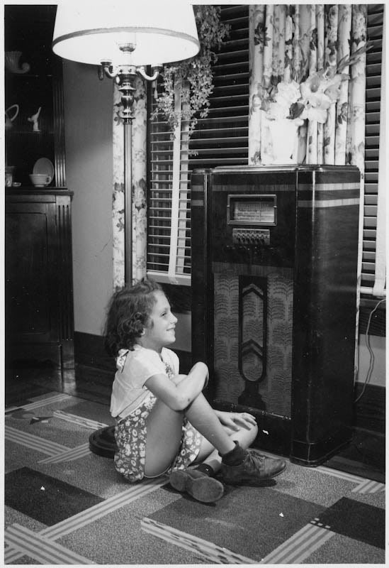 https://upload.wikimedia.org/wikipedia/commons/5/5a/Girl_listening_to_the_radio_%E2%80%93_ca._1938_-_FDR-library_27-0755M.jpg