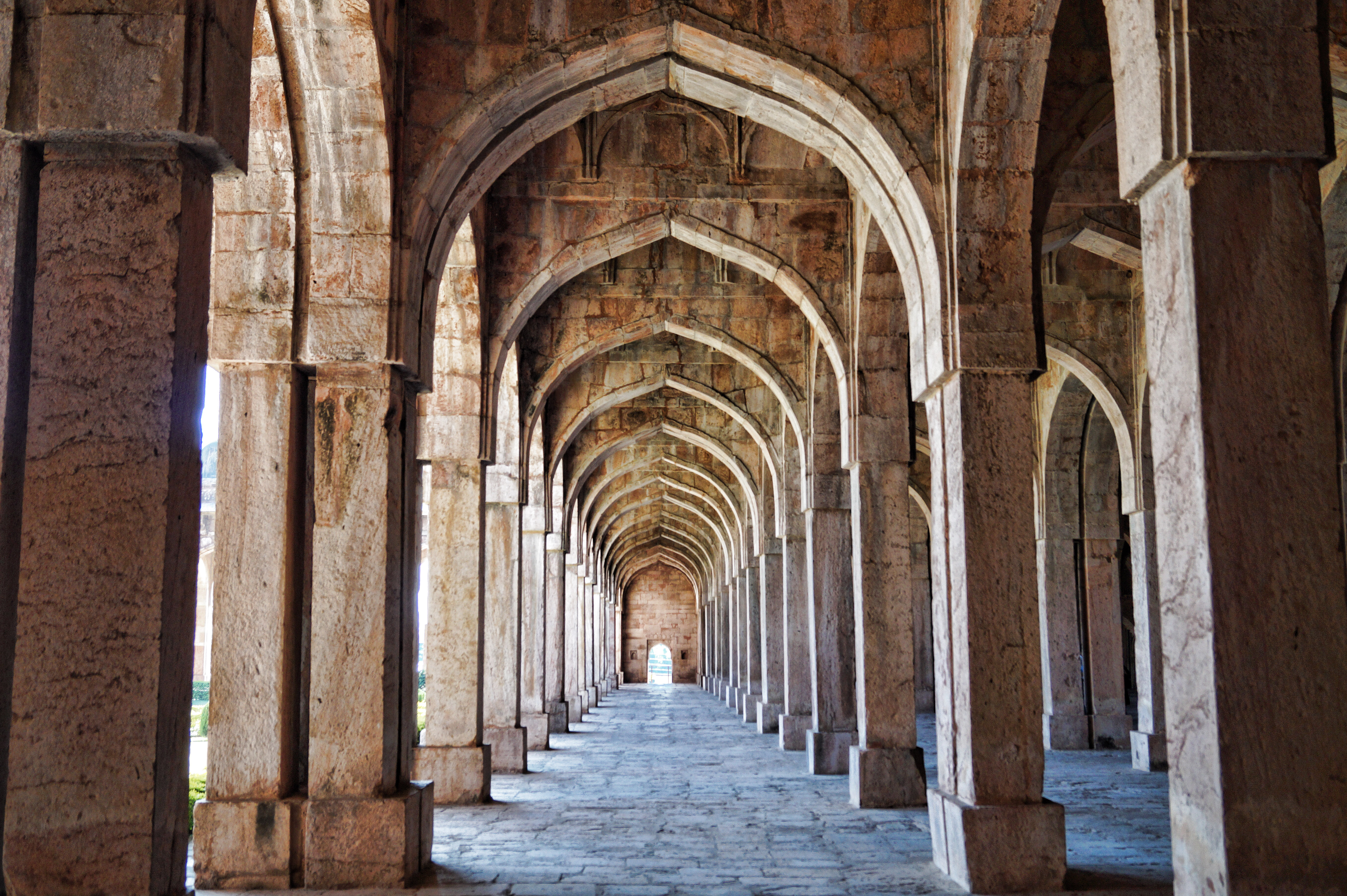 File:Jama Masjid Mandu Interior Arches