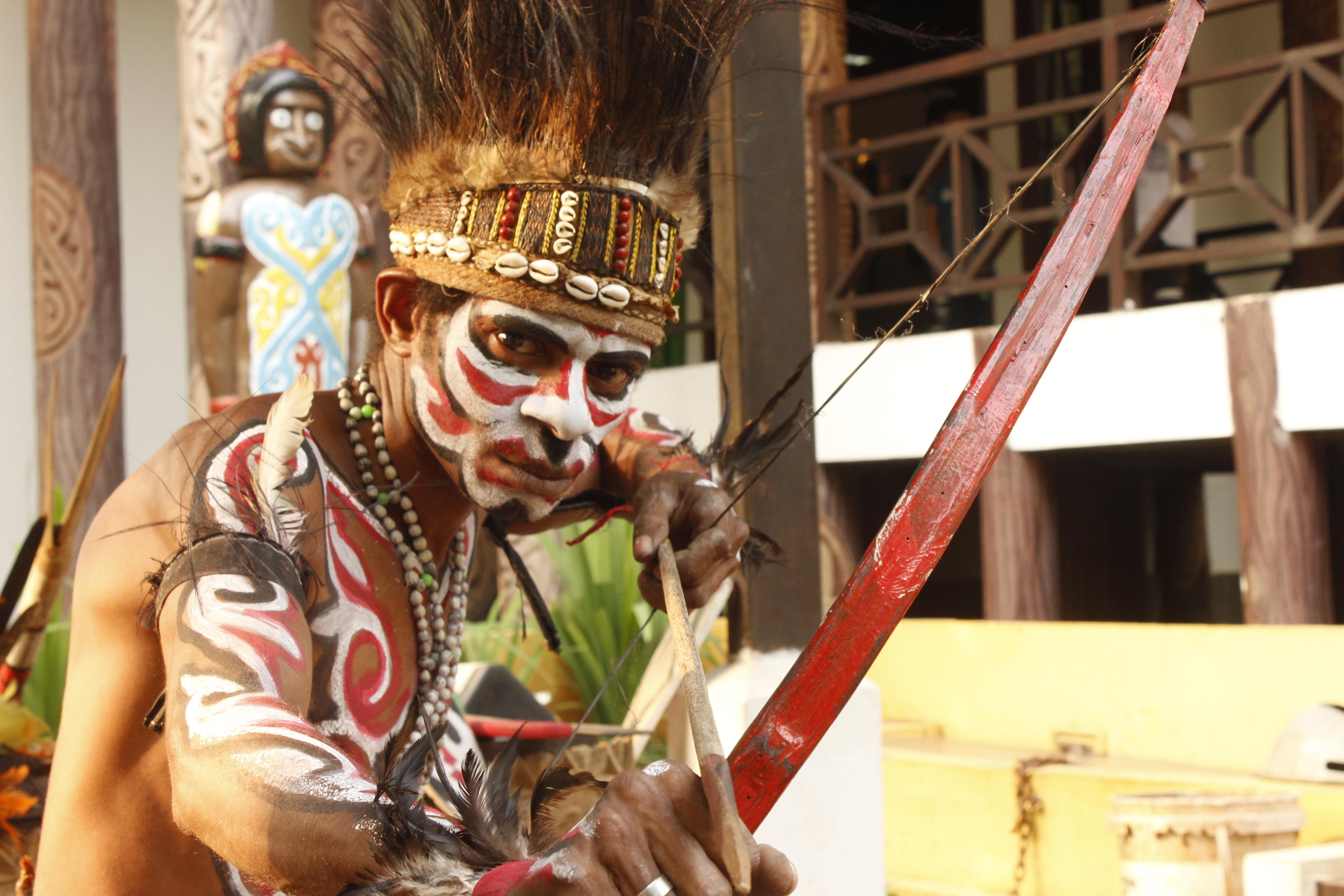 Pakaian Adat Papua Untuk Menutupi Kemaluan Pria