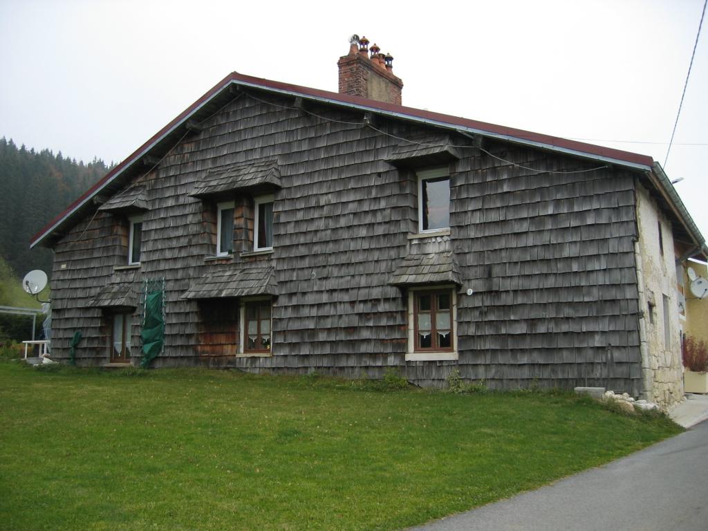 File maison typique du jura wikimedia commons for Maison typique