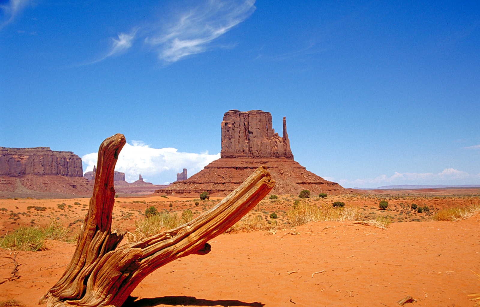 https://upload.wikimedia.org/wikipedia/commons/5/5a/Monument_Valley_2.jpg