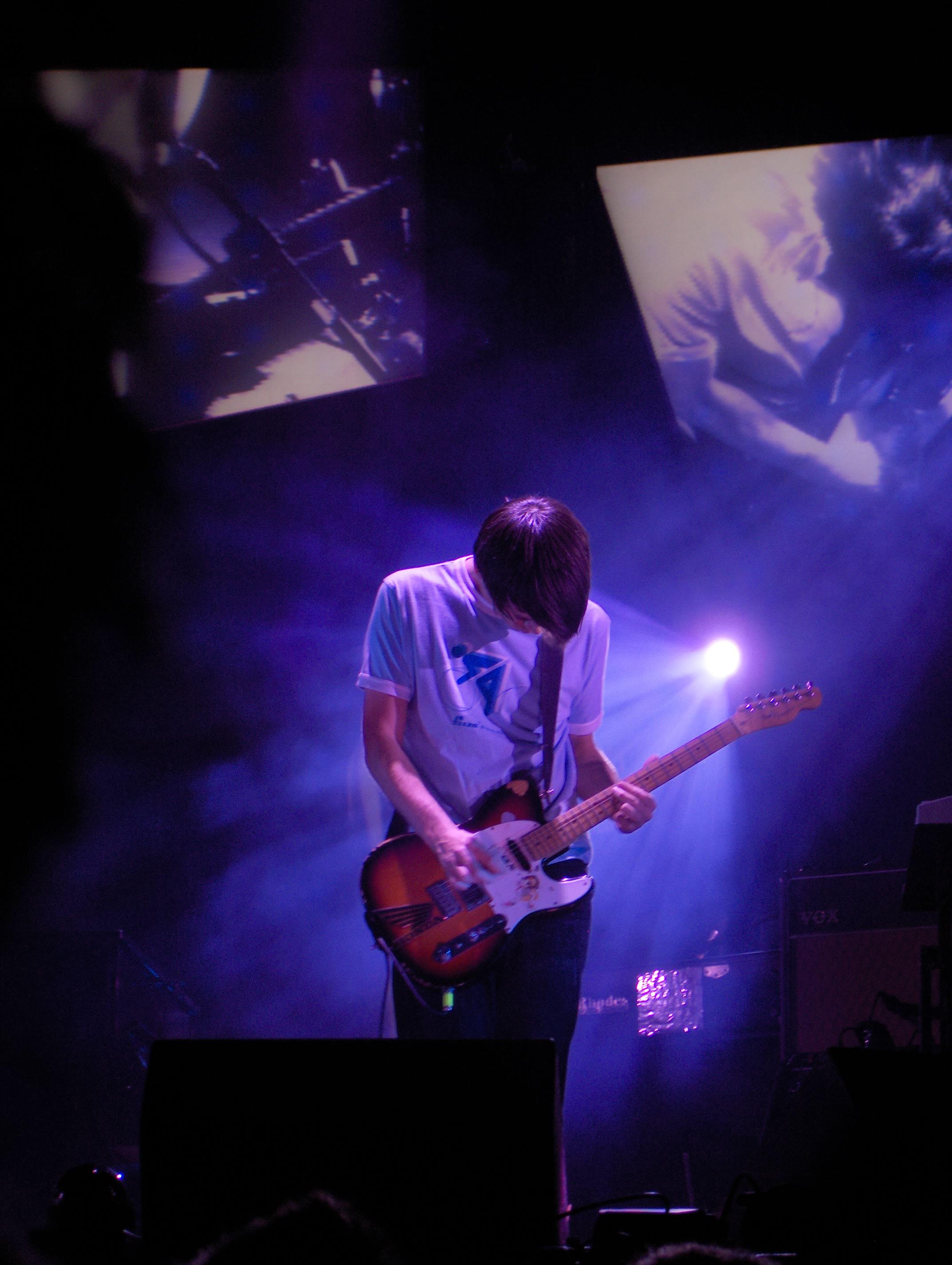 Jonny tocando su Fender Telecaster Plus en un concierto en Avenches (2006).