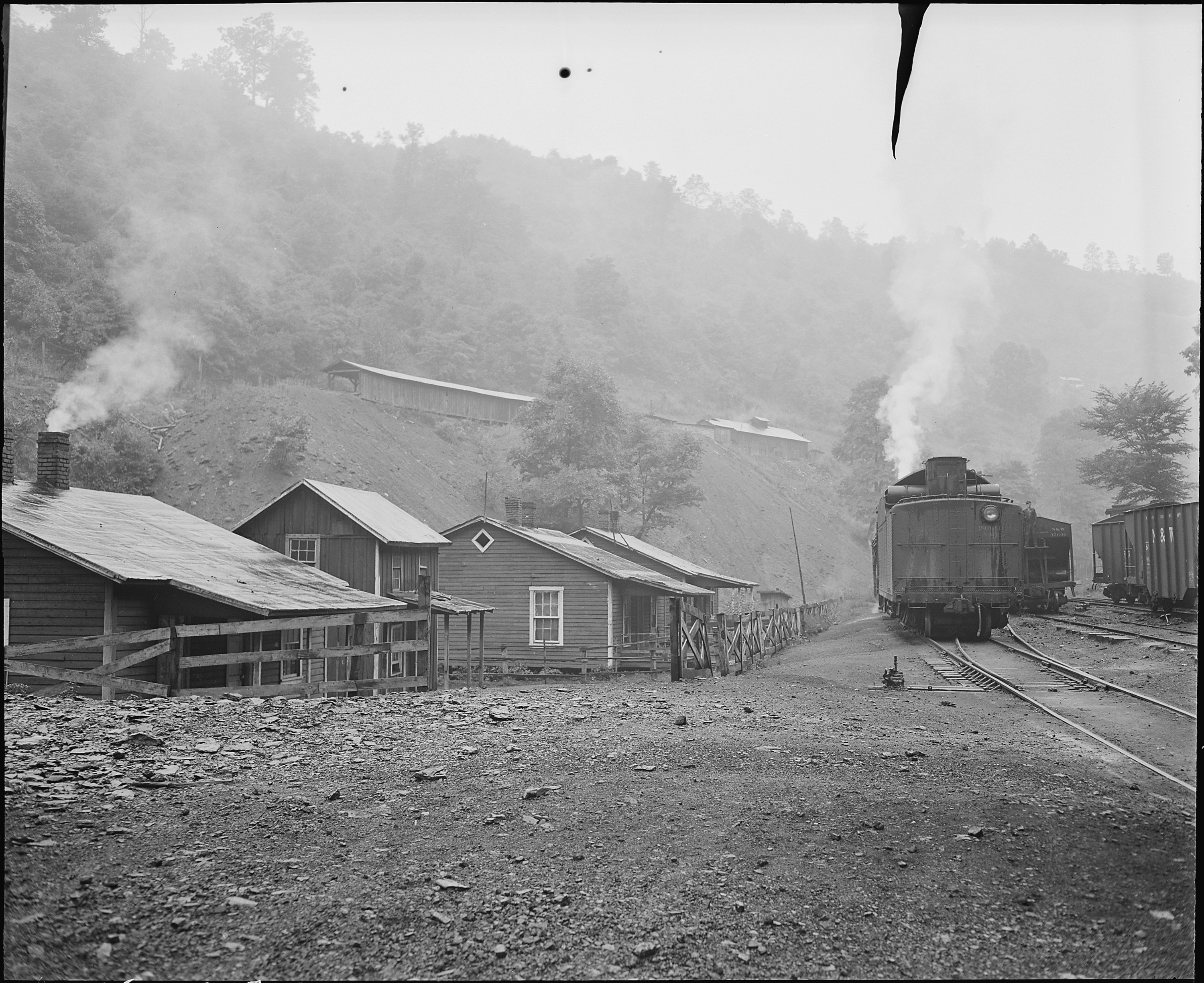 File Railroad By The Houses Raven Red Ash Coal Company