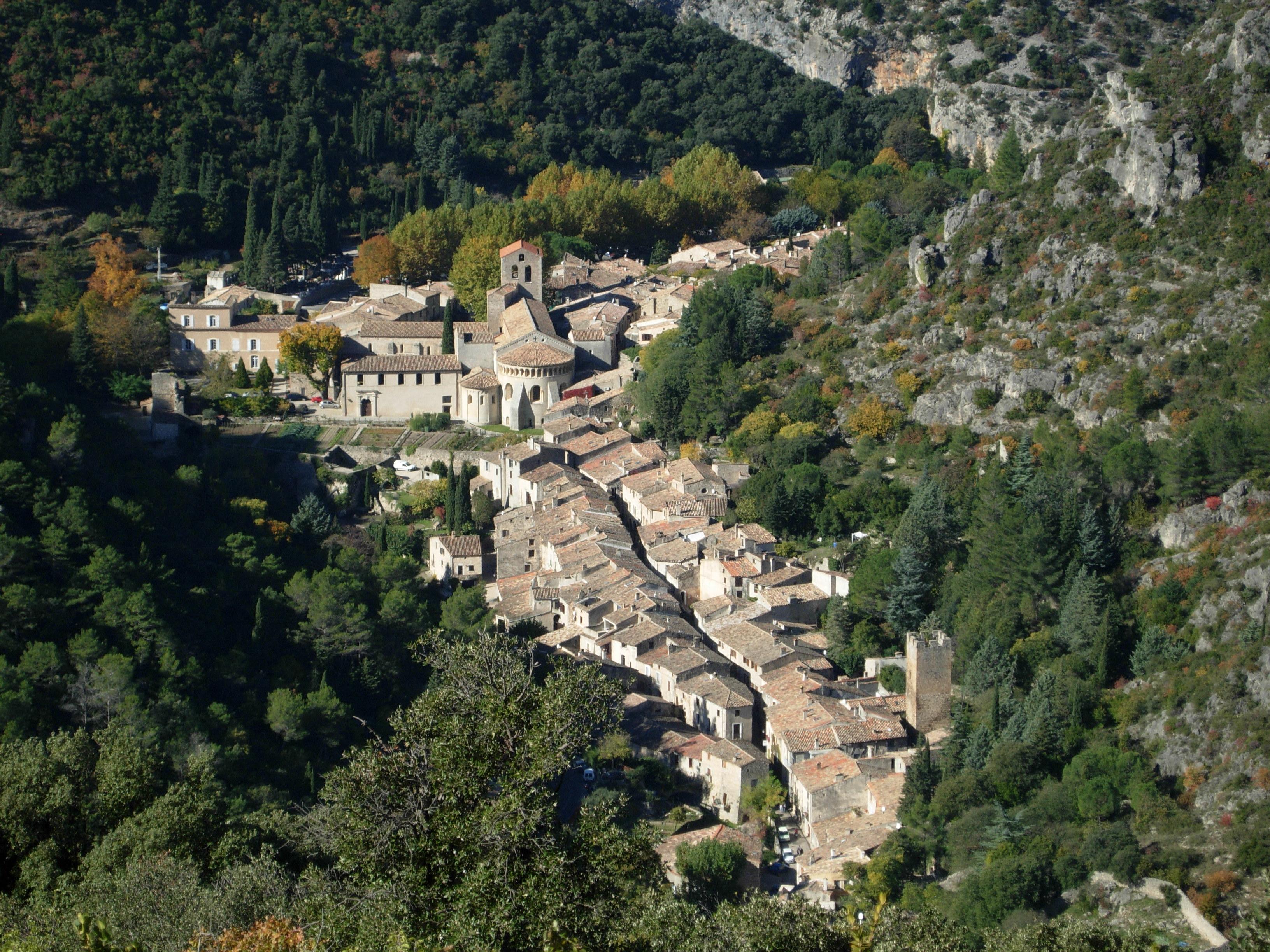 Fichier:Saint-Guilhem-le-Desert vue3.JPG — Wikipédia