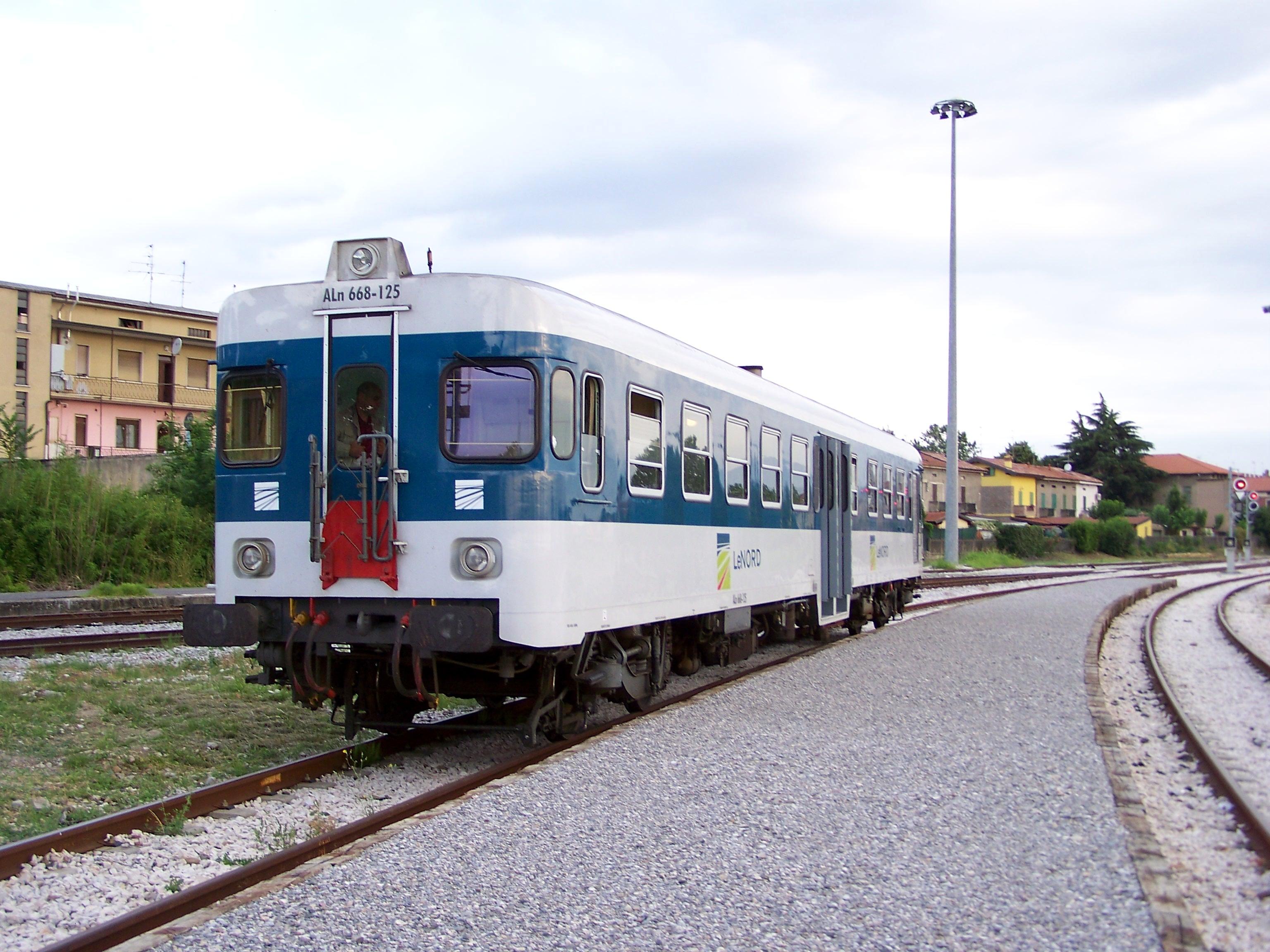 File:Stazione di Rovato Borgo ALn 668 125 viaggio inaugurale riapertura  20100613.jpg