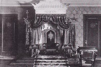 The throne of the emperor of Manchukuo, c. 1937 Throne of Emperor in Manchukuo.JPG