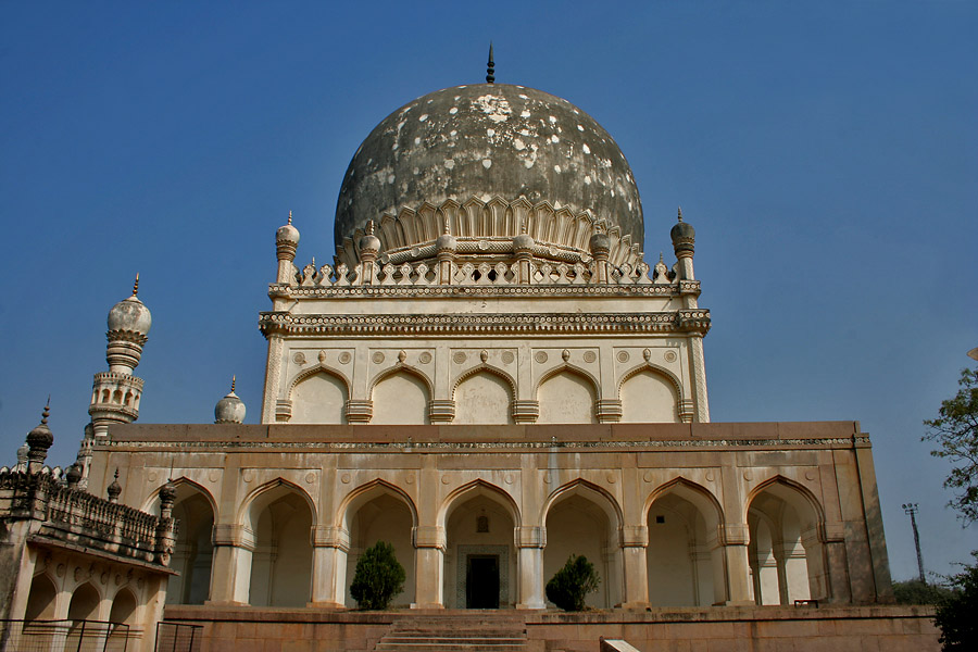 Tomb of Muhammad Qutb Shah By J.M.Garg (Own work) [GFDL (http://www.gnu.org/copyleft/fdl.html) or CC BY-SA 4.0-3.0-2.5-2.0-1.0 (http://creativecommons.org/licenses/by-sa/4.0-3.0-2.5-2.0-1.0)], via Wikimedia Commons