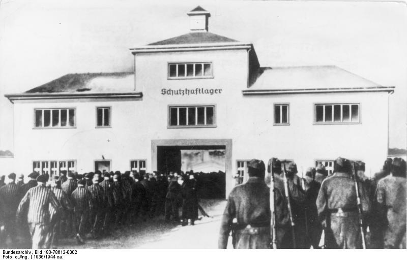 Bundesarchiv Bild 183-78612-0002, KZ Sachsenhausen, Häftlinge vor Lagertor Bundesarchiv, Bild 183-78612-0002 / Unknown author / CC-BY-SA 3.0, CC BY-SA 3.0 DE <https://creativecommons.org/licenses/by-sa/3.0/de/deed.en>, via Wikimedia Commons