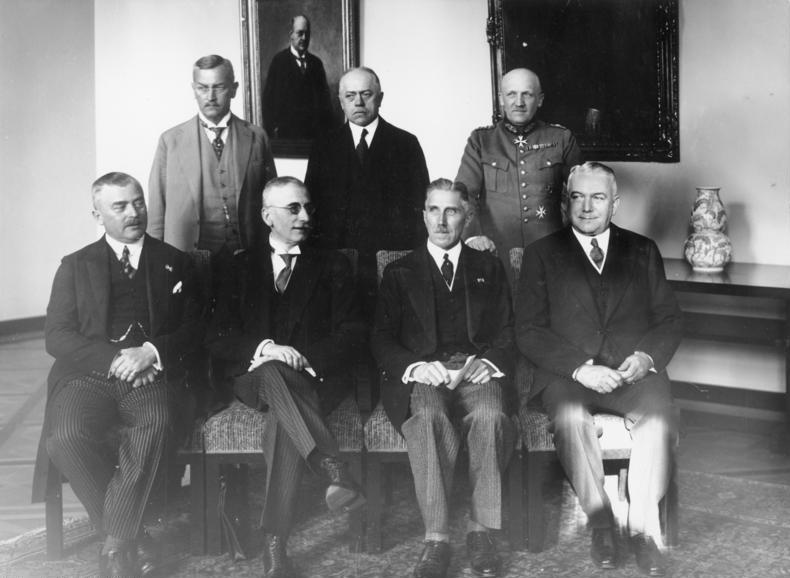 Das Kabinett Papen. Kurt von Schleicher steht in der zweiten Reihe rechts außen