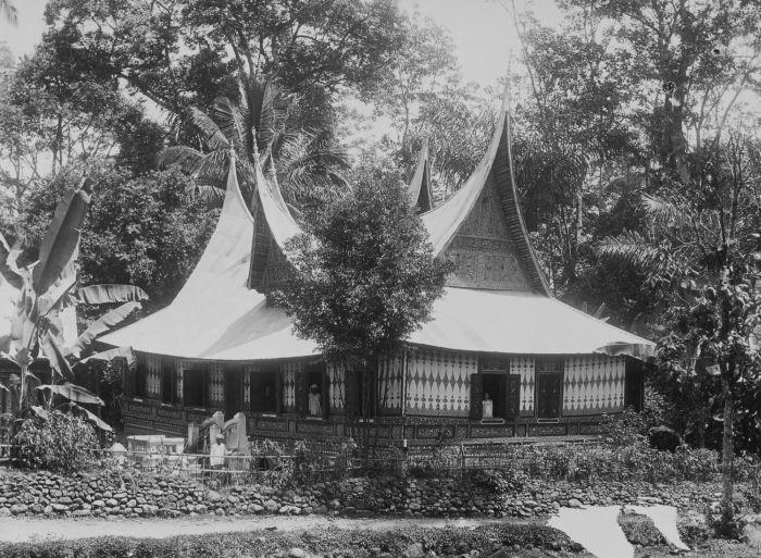 Description COLLECTIE TROPENMUSEUM Minangkabau huis te Pajakoemboeh