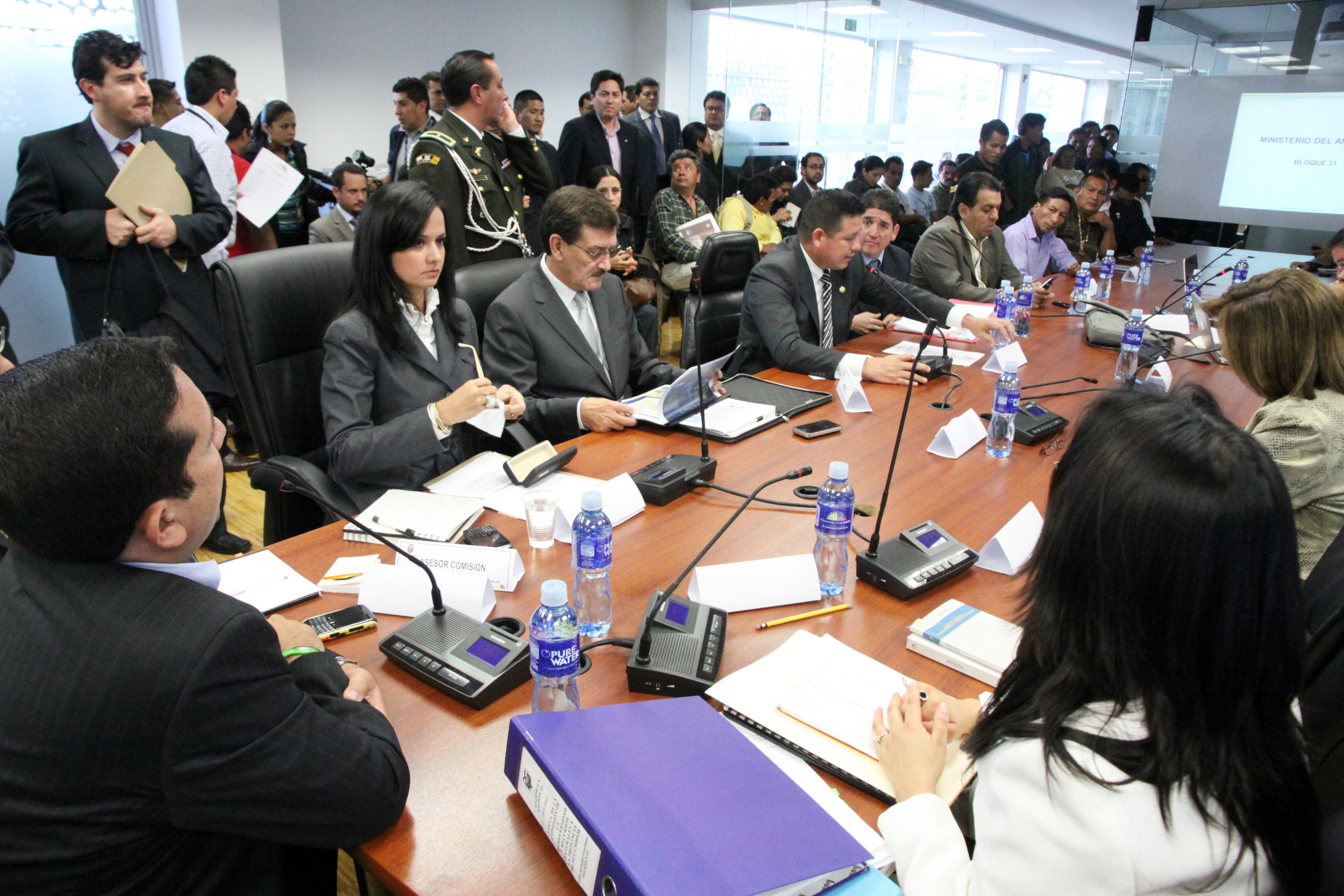 Comisión de Biodiversidad recibe a Wilson Paśtor, ministro de Recursos No Renovables y a Marcela Aguiñaga, del Ambiente (6961925664).jpg Español: Foto: Hugo