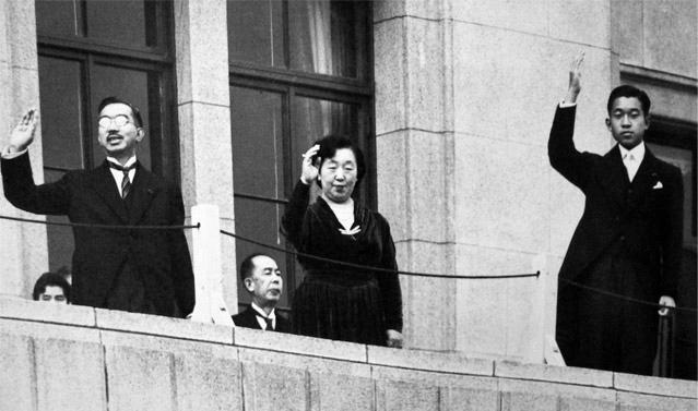 Наследный принц Акихито с отцом Хирохито, императором Сёва, и матерью императрицей Кодзюн на балконе дворца (1952)