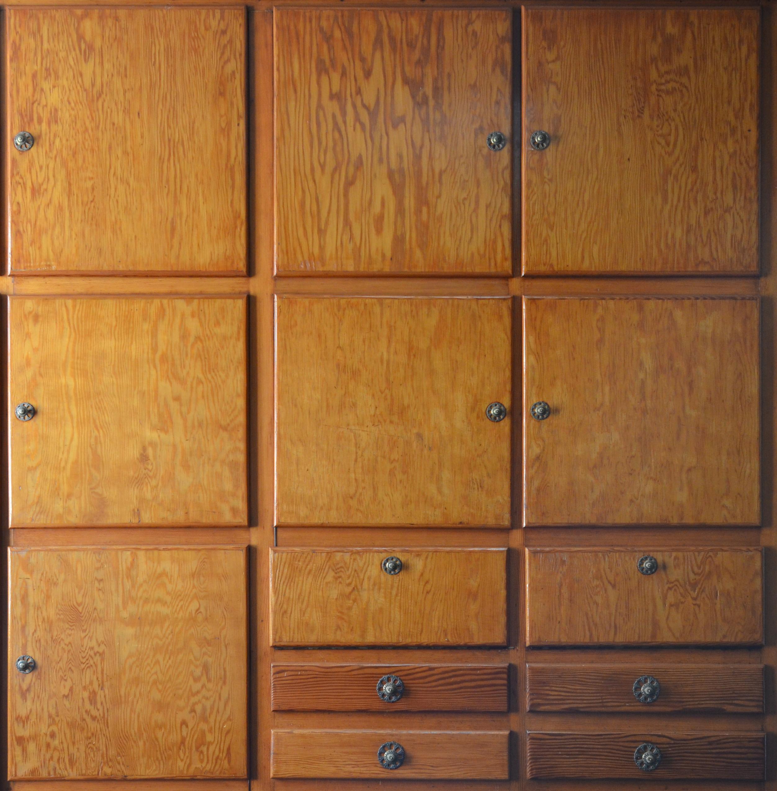 File:Cuisine - Charleroi - meuble artisanal de rangement - début