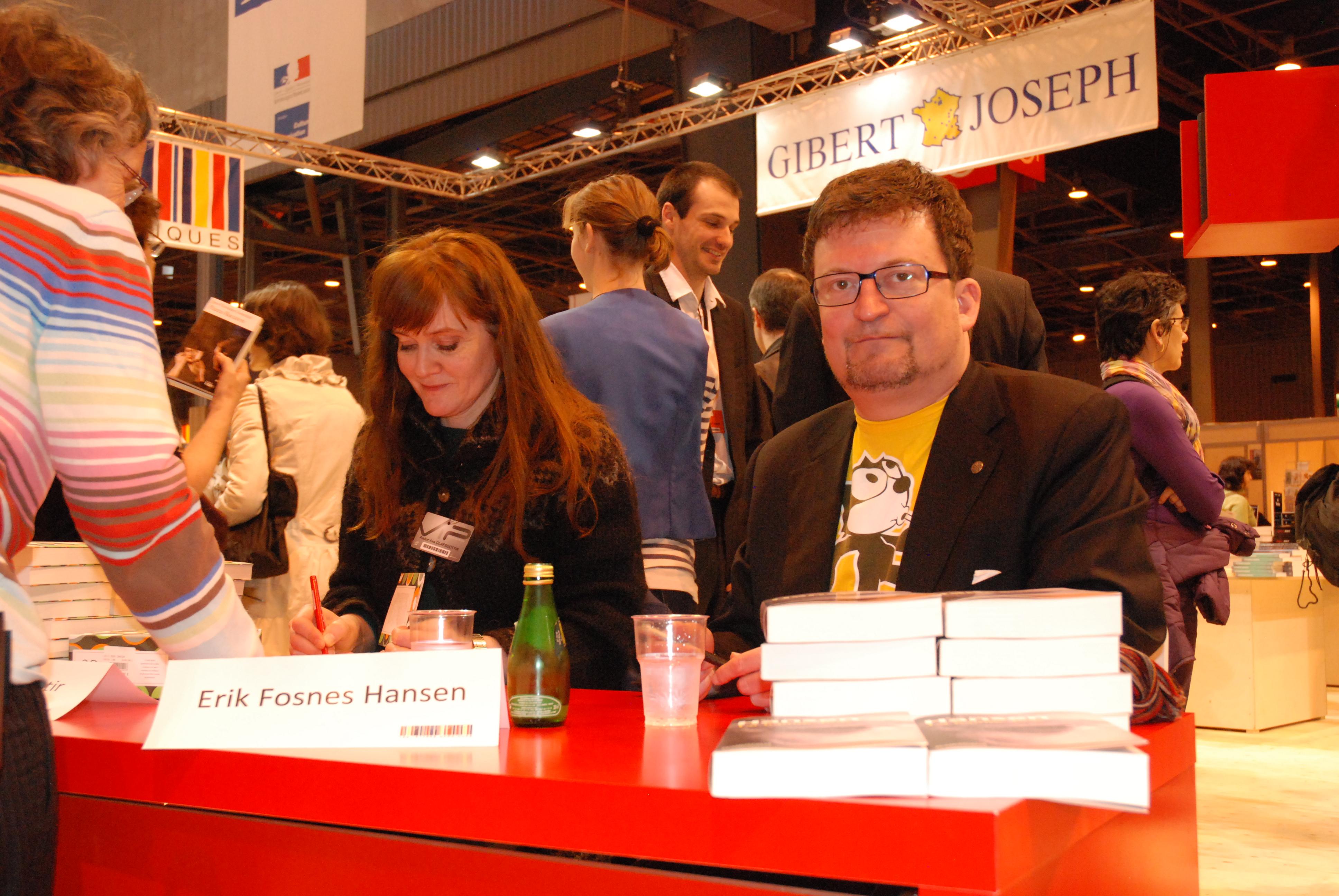 File de to nordiske forfatterne signerer boker pa den for Salon du couteau paris
