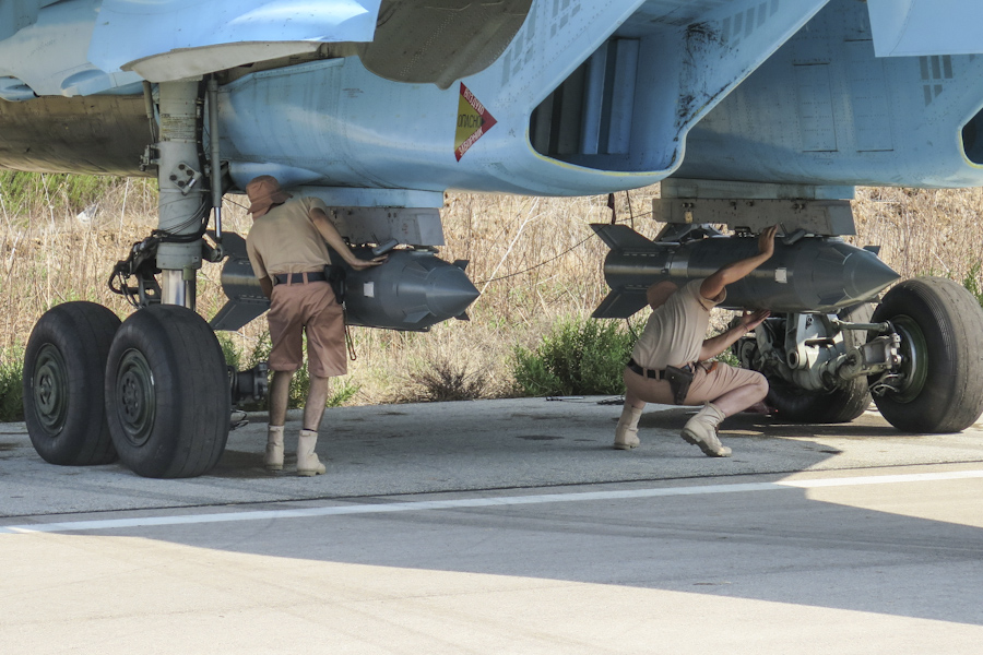 https://upload.wikimedia.org/wikipedia/commons/5/5b/Fixing_KAB-500S_guided_bombs_to_a_Sukhoi_Su-34_at_Latakia_(1).jpg