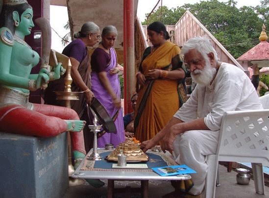 rimritanandaathaaraswathi,ahaktaadeptandguru,performingtheavavaranaujainduismuja,acentralritualinhriidyarividyaantrismantrichaktism,attheahasrakshieruempleatevipuram,ndhraradesh,ndia,2005.