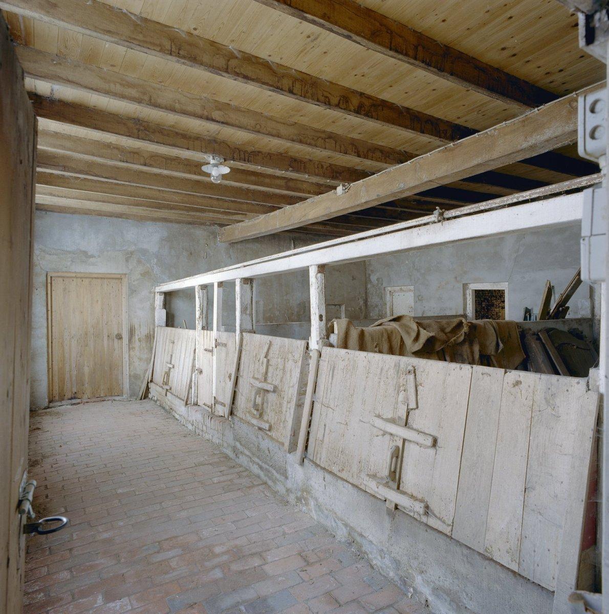 File:Interieur, varkensstallen, naast de deel - Winterswijk ...