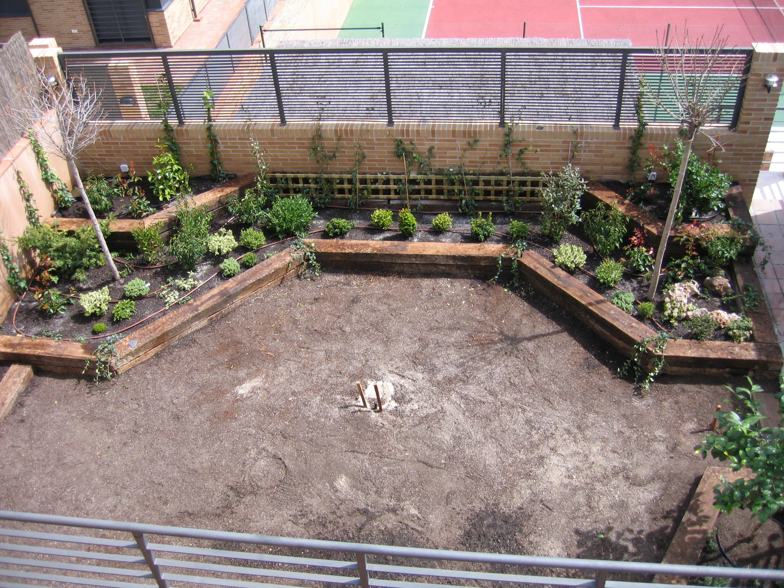 File jardinera con traviesas 02 jpg wikimedia commons - Traviesas de tren para jardin ...