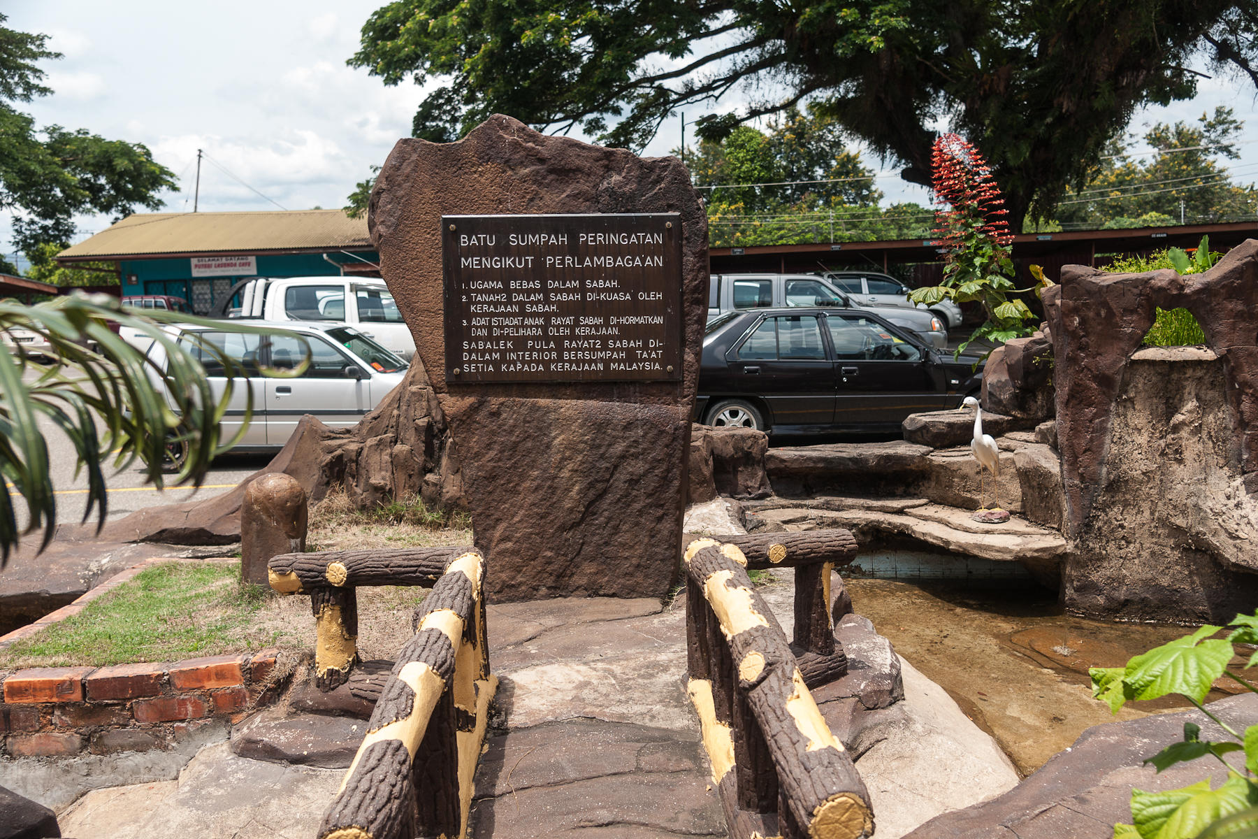http://upload.wikimedia.org/wikipedia/commons/5/5b/Keningau_Sabah_BatuSumpahKeningau-01.jpg