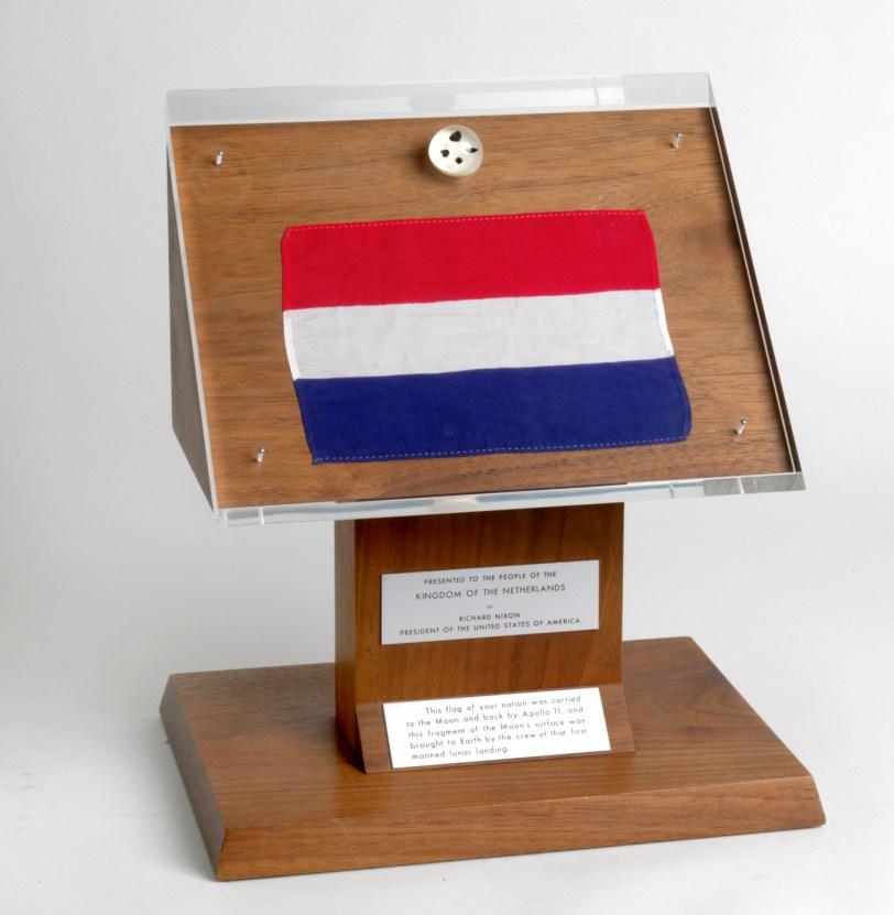 https://upload.wikimedia.org/wikipedia/commons/5/5b/Netherlands_Apollo_11_display.jpg