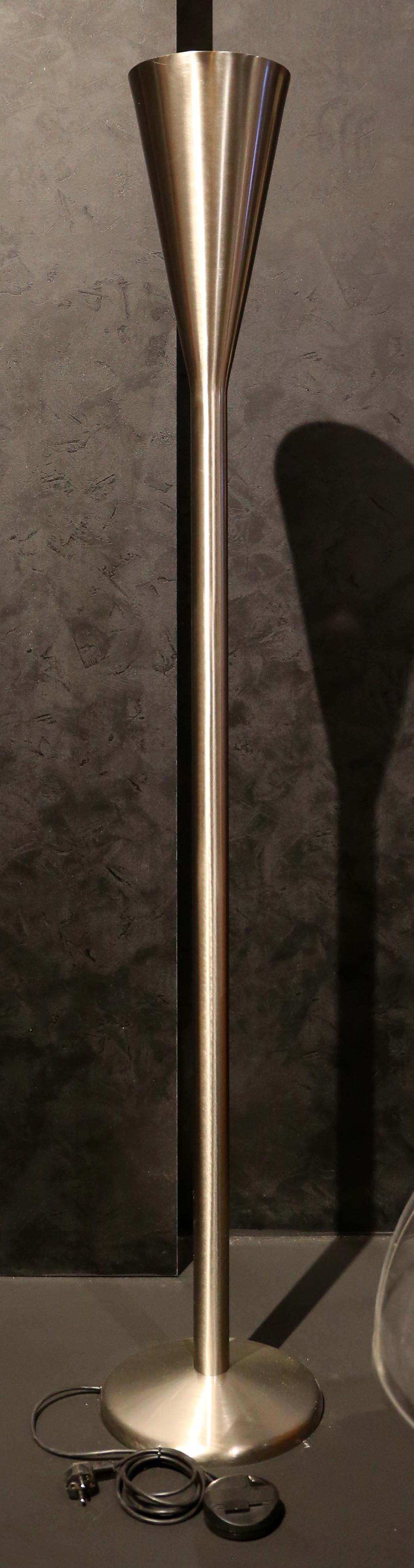 File:Pietro chiesa per fontana arte, lampada da terra luminator ...