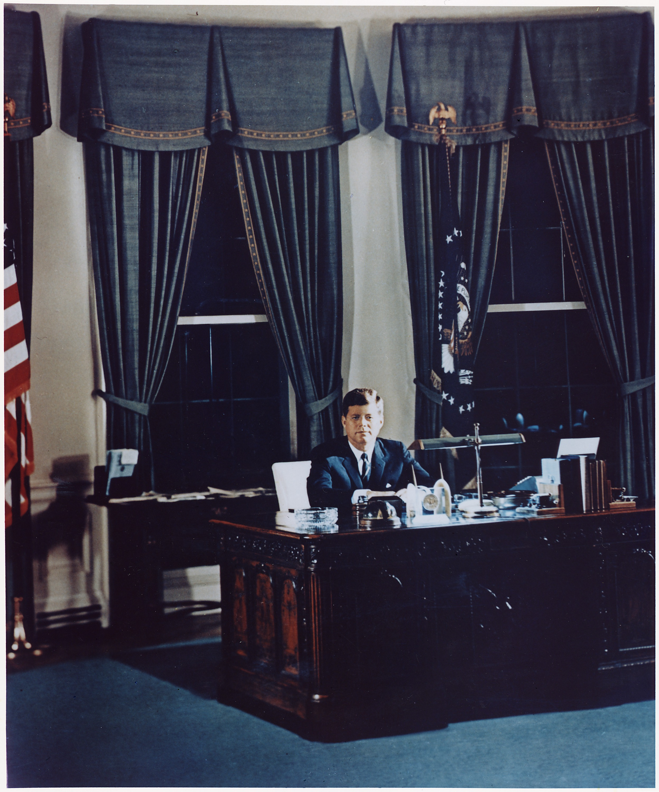 File portrait of president kennedy at his desk white house oval office nara - Oval office desk ...