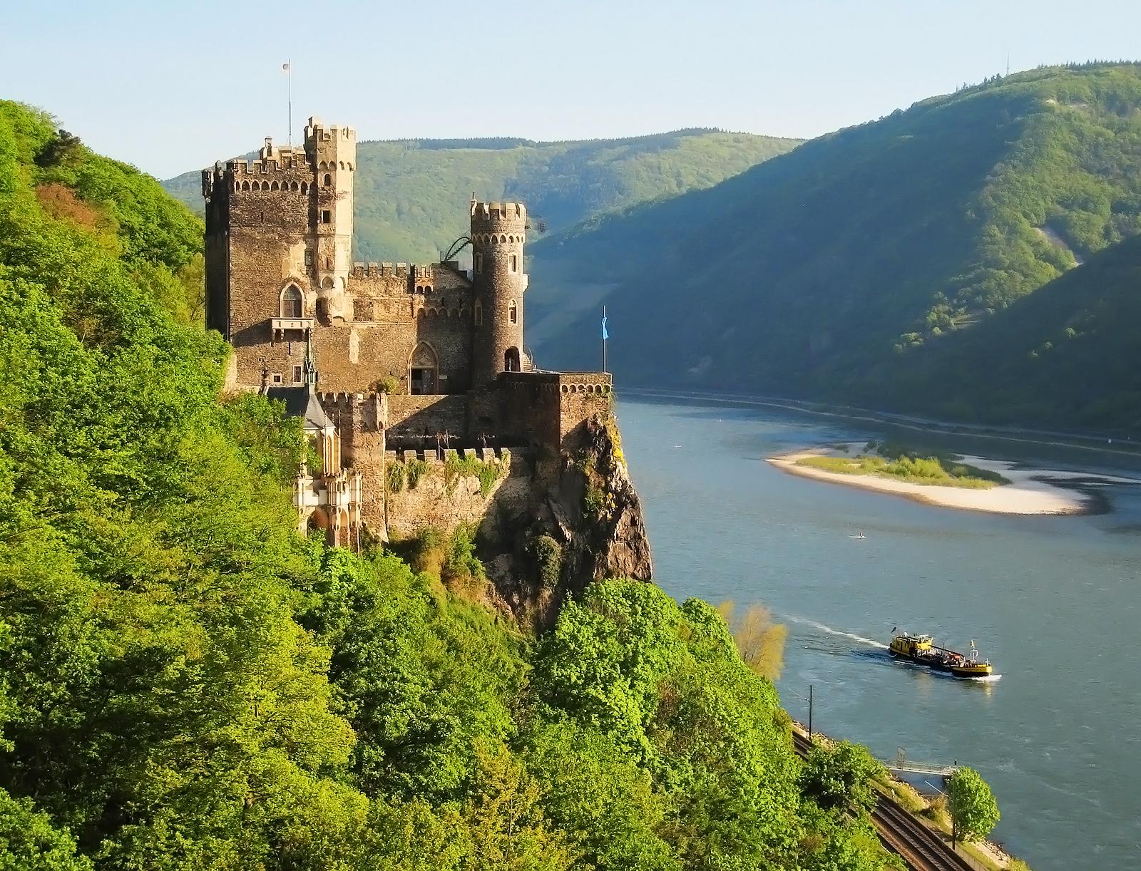 Der Rhein und Burg Rheinstein in Trechtingshausen