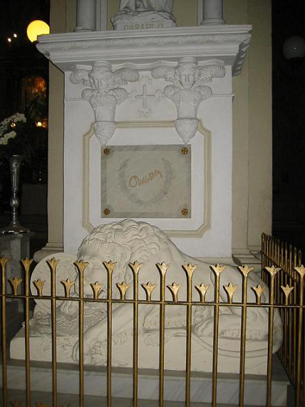 Tumba de Darío, esculpida por Jorge Navas Cordonero al pie de la estatua de San Pablo.