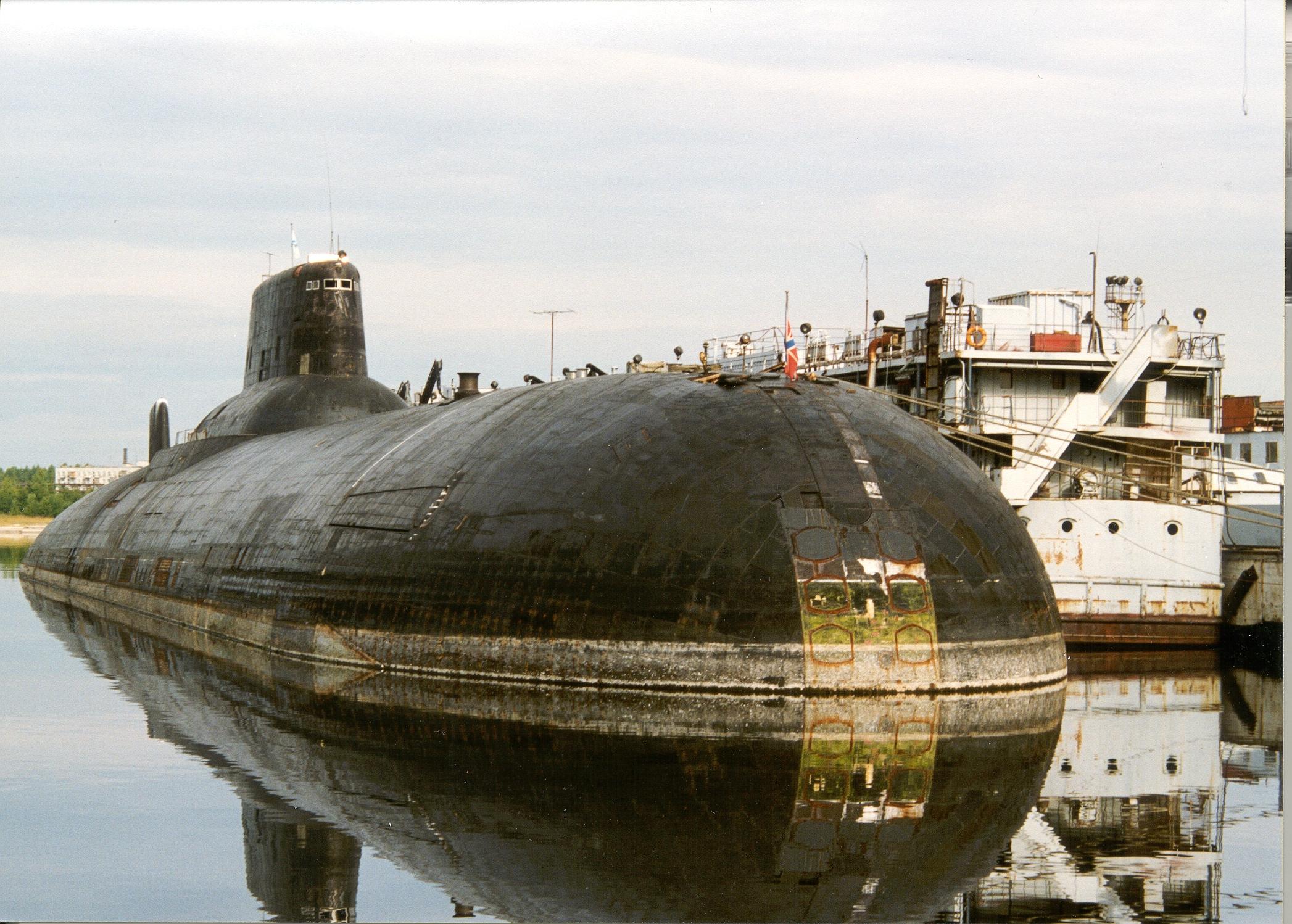 TK-202 erwartet im Jahr 1999 seine Verschrottung. Ohne das Gewicht der Raketen und mit leeren Ballasttanks liegt sie hoch im Wasser und die Klappen aller ...